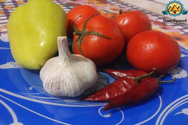 тарелка с помидорами, чесноком на кухне