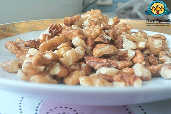 орех грецкий на тарелке