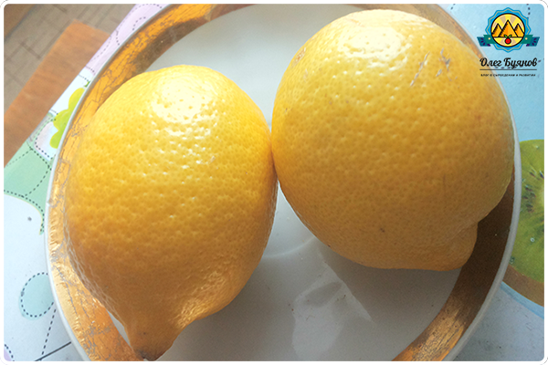 лимоны на тарелке