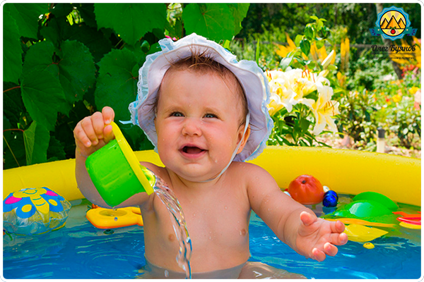 малыш в бассейне